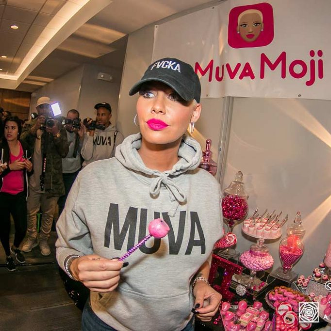 Amber-Rose-Presenting-High-End-Candy-Table
